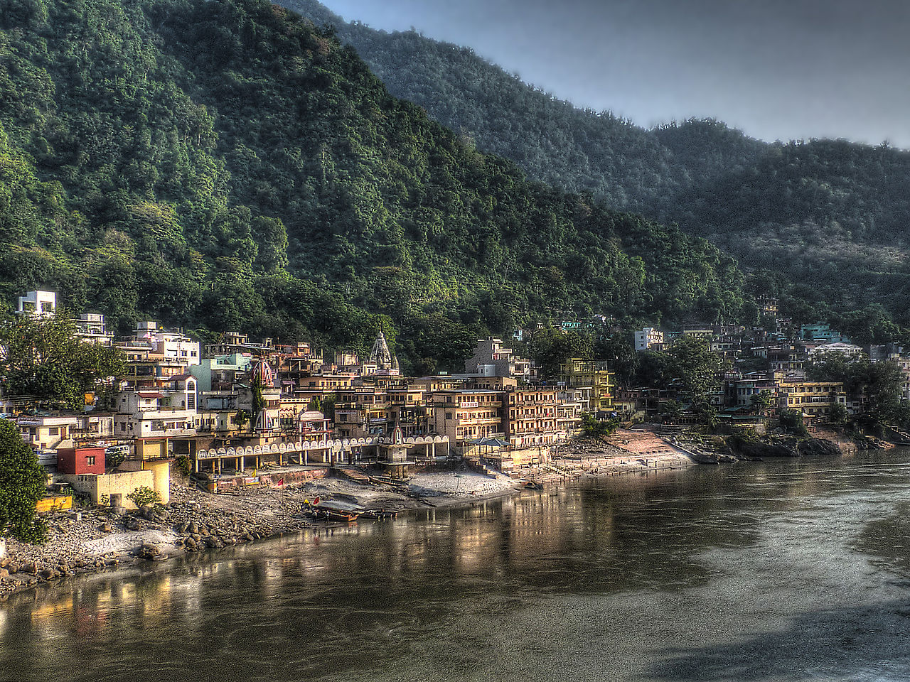 1280px-Rishikesh_view_from_Lakshman_Jhula