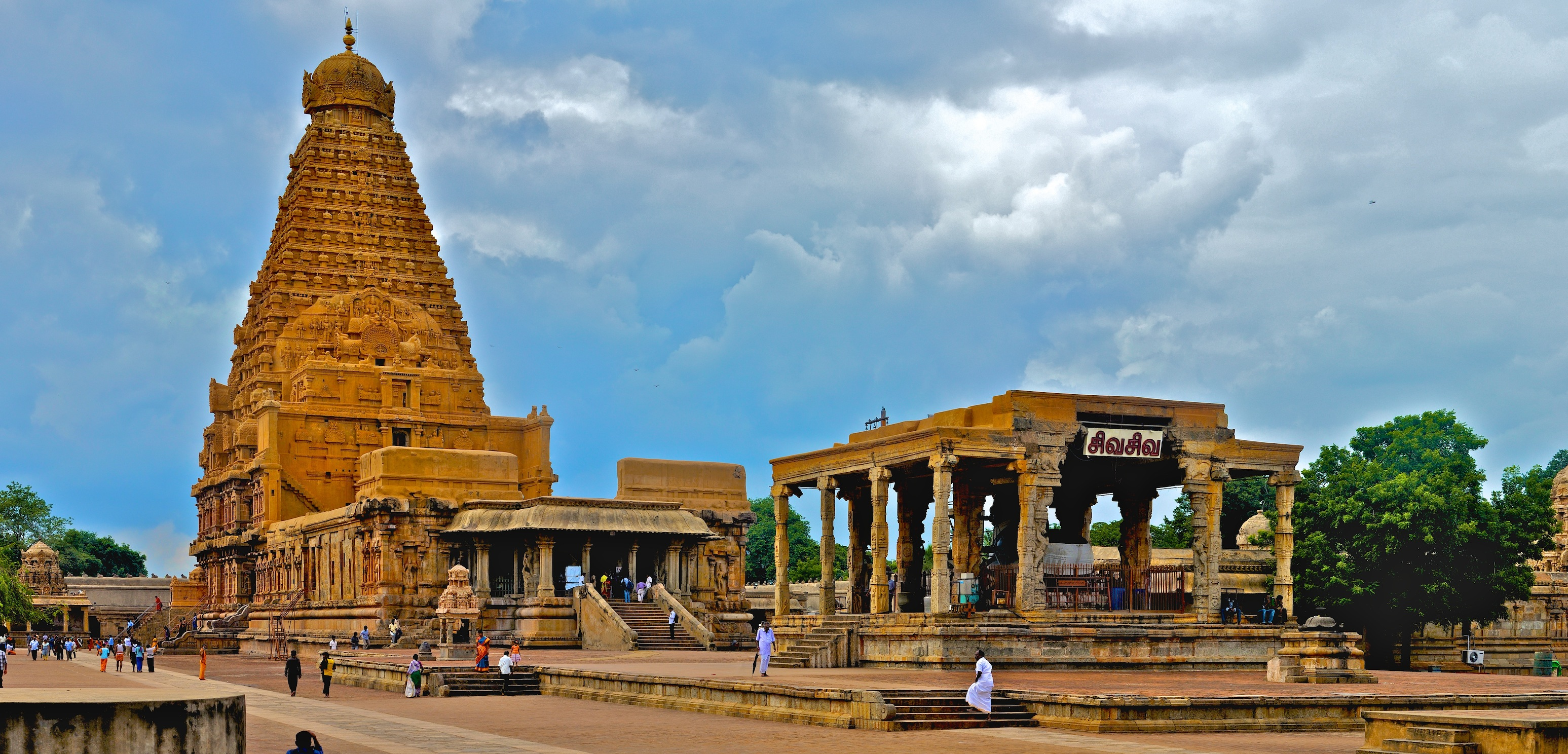 Brihadeeswarar_Temple_Full_View