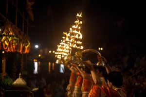 Ganga_Aarti_in_evening_at_Dashashwamedh_ghat,_Varanasi_03