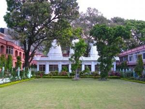 1280px-Gardens_at_Parmarth_Niketan,_Muni_Ki_Reti,_Rishikesh