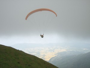 1280px-Pilot_under_paragliding_takeoff_at_Bir-Billing_(02)