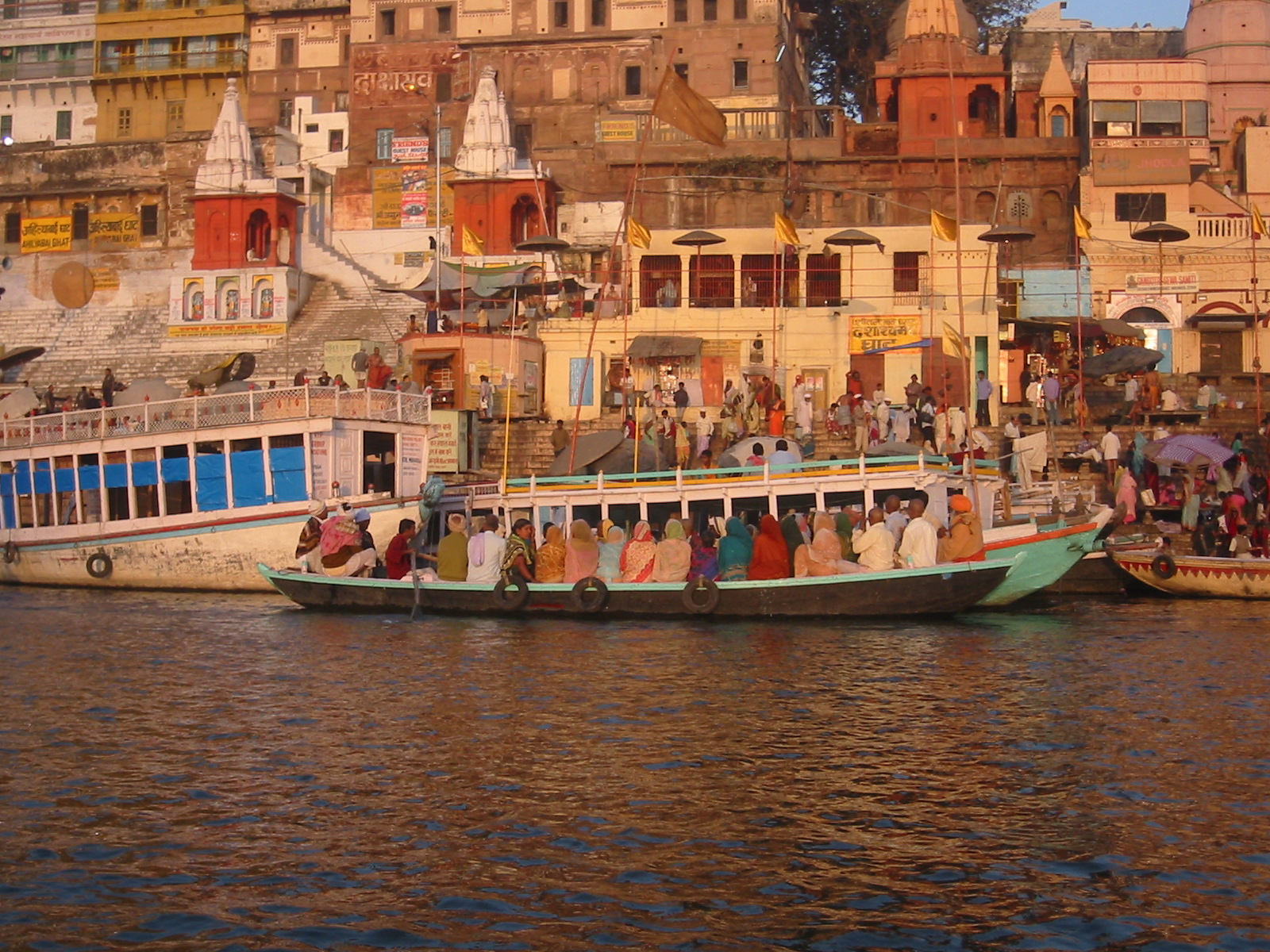 Dashashwamedha_ghat_on_the_Ganga,_Varanasi